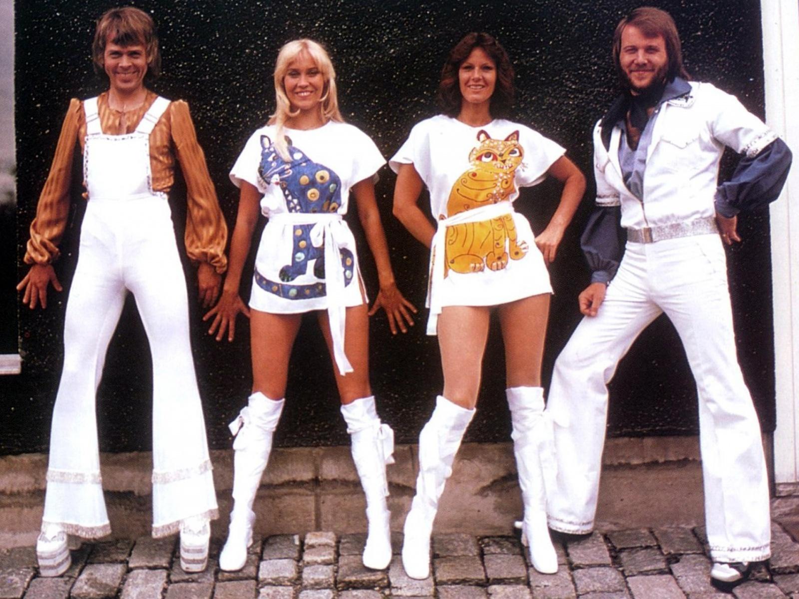 O começo do uso das roupas extravagantes: Björn, Agnetha, Anni-Frid e Benny