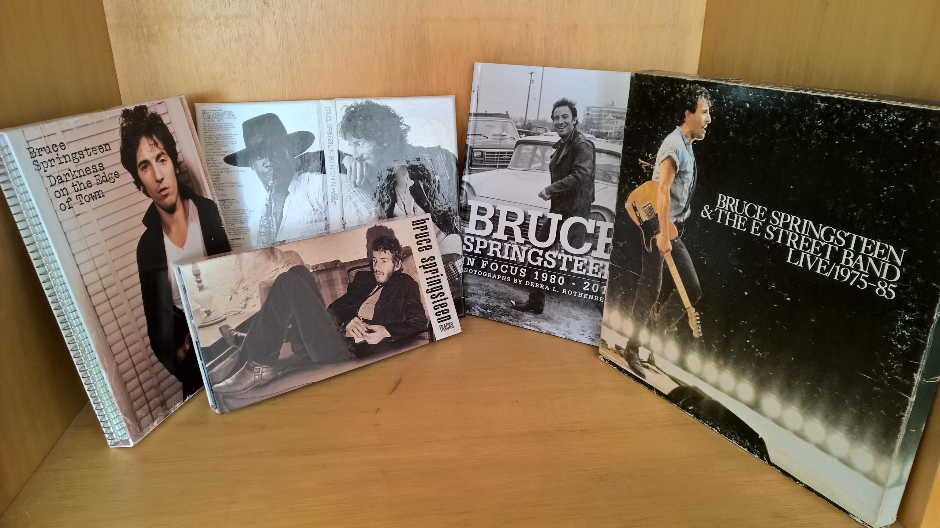 Alguns itens especiais do Bruce Springsteen. Boxes e um livro